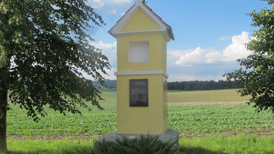 Zde byla obec Temelínec. Vesnice byla vysídlena a zničena kvůli výstavbě jaderné elektrárny Temelín