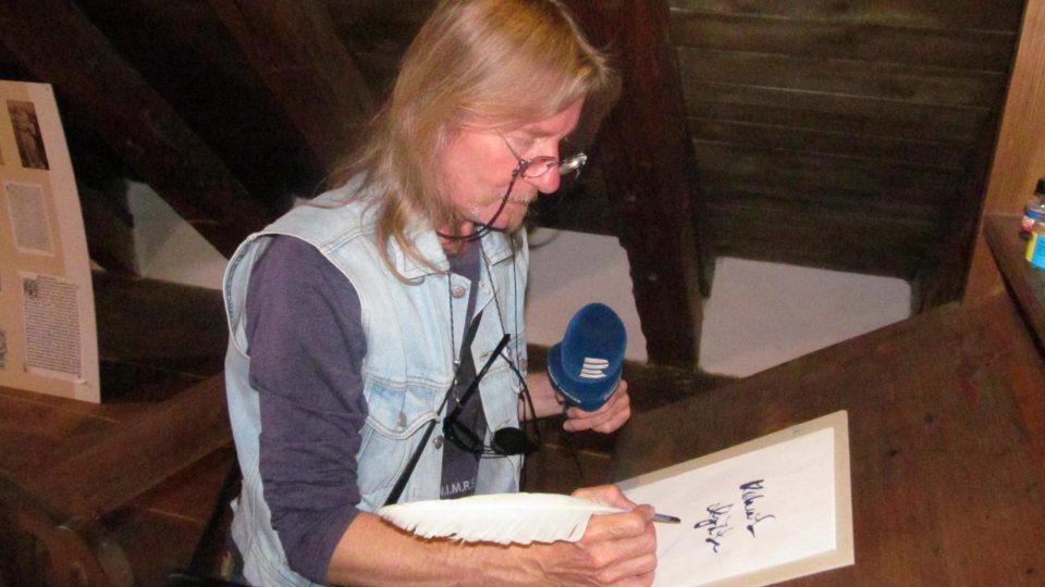 Pokud památník navštívíte, můžete si například vyzkoušet psaní husím brkem, prohlédnout si historické texty nebo vyzkoušet středověké kostýmy jako náš redaktor