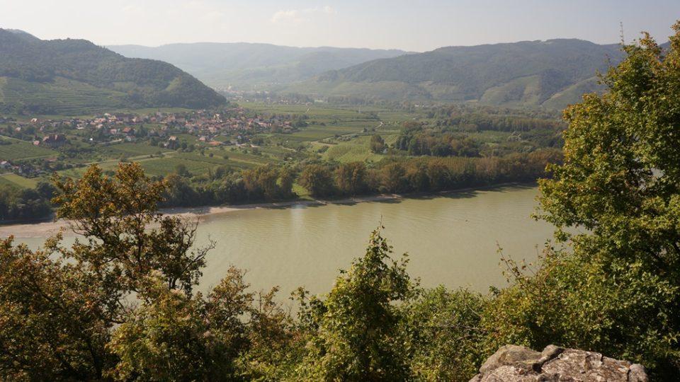 Výhled z hradu Dürnstein v oblasti Wachau v Dolním Rakousku