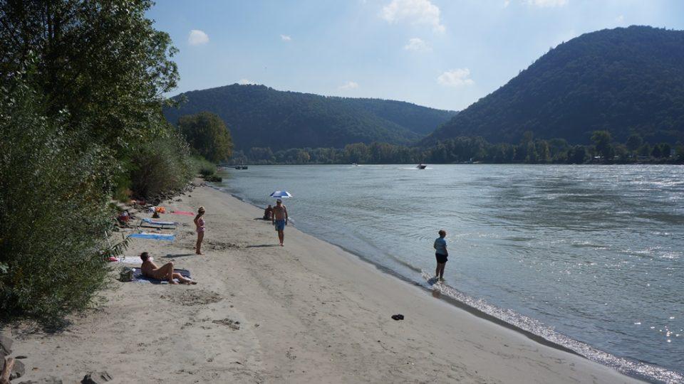 V Dunaji pod hradem Dürnstein se lidé koupou