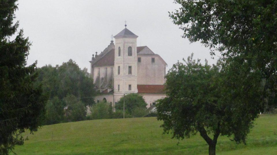 Jihočeská vesnička Klášter na Jindřichohradecku má jen několik málo domků, ale už zdaleka je vidět mohutná stavba klášterního kostela