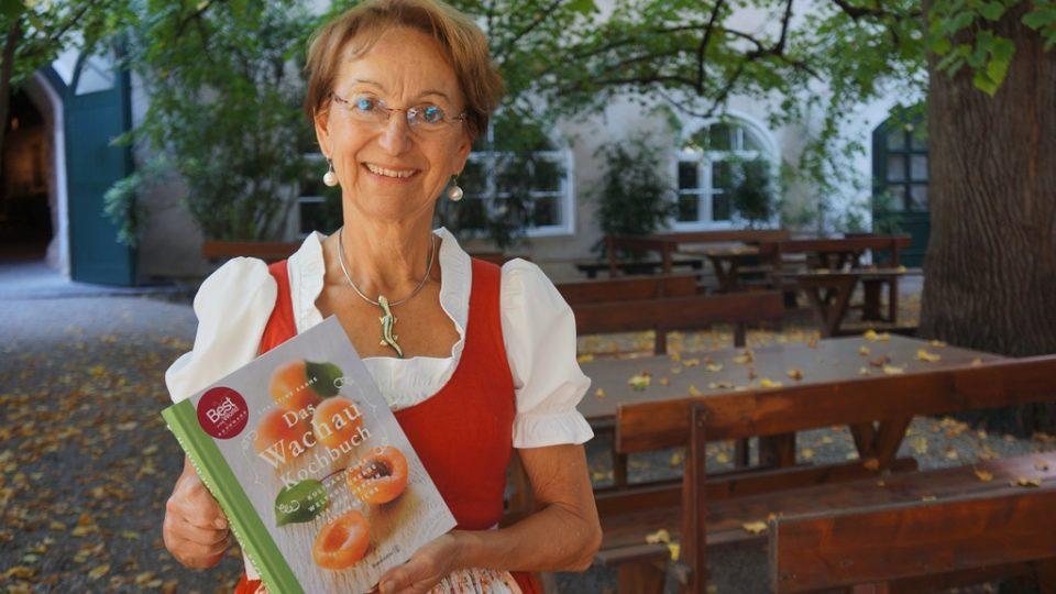 Christine Saahs se svou kuchařskou knihou, která získala ocenění pro nejlepší lokální kuchařku na světě