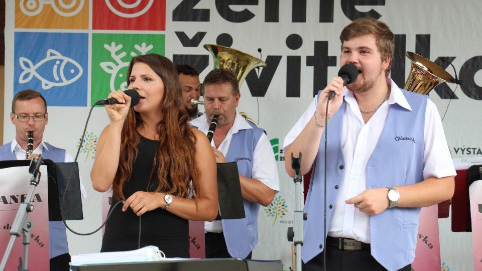 Přímý přenos z výstavy Země Živitelka s kapelou Úhlavanka moderoval Petr Kronika