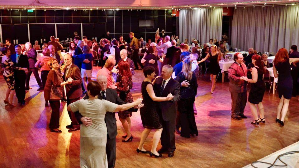 Rozhlasová tančírna v budějovickém Metropolu. Představil se Rozhlasový swingový orchestr se svými sólisty, jako hosté Anna a Felix Slováčkovi