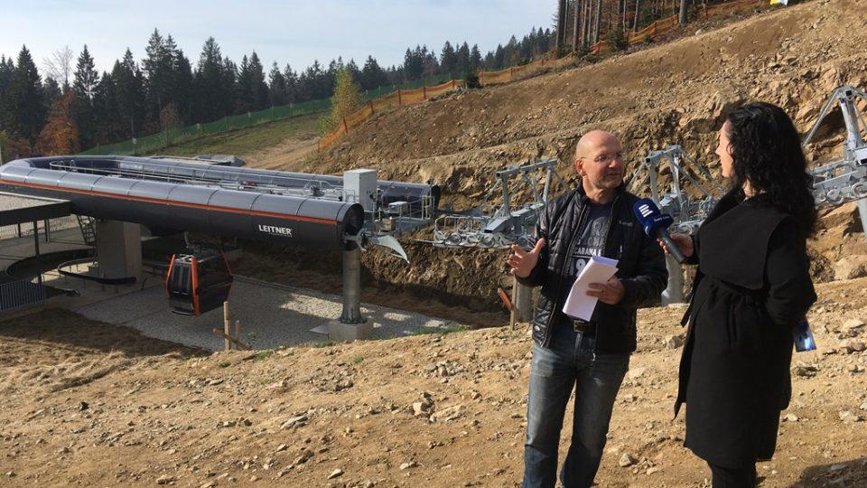 Rakouský příhraniční skiareál Hochficht se připravuje na sezónu, staví tu novou krytou lanovku