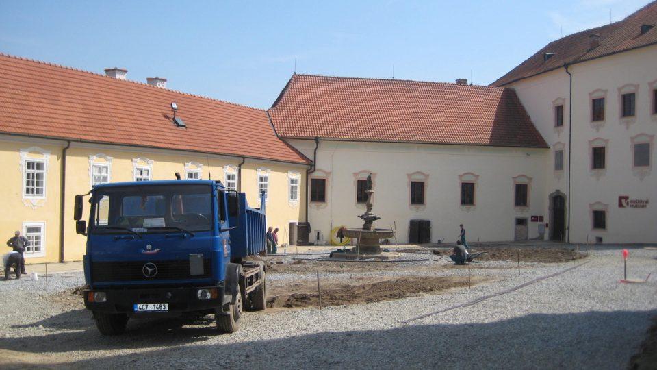 Úprava nádvoří před zahájením česko-rakouské Zemské výstavy v roce 2013