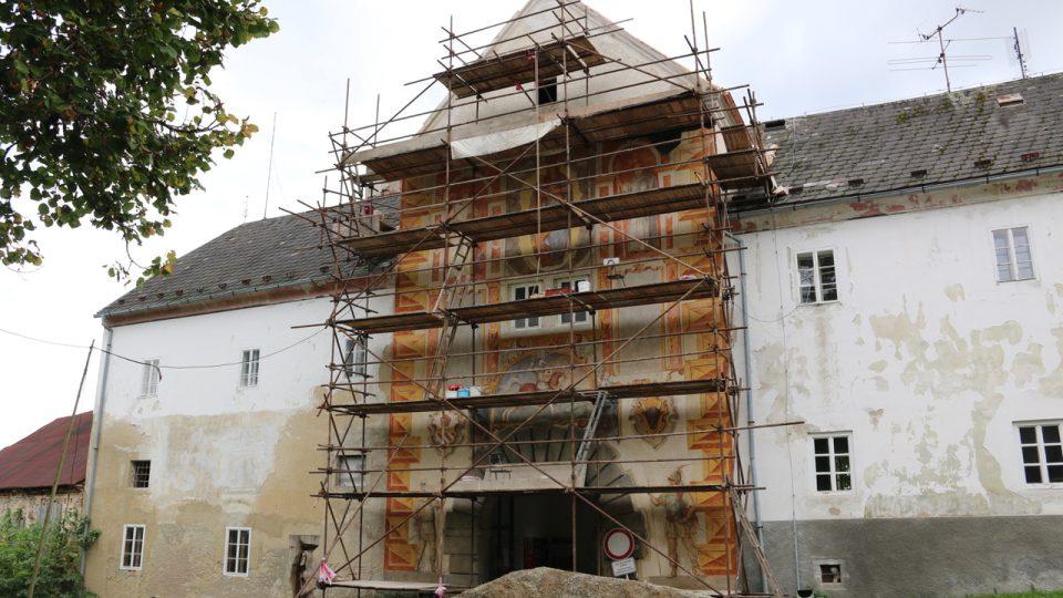Renovace freskové výzdoby Rožmberské brány v září 2014