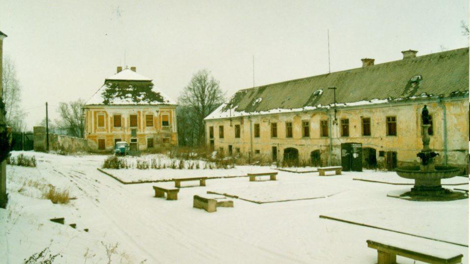Pohled na nádvoří opatství v době návratu cisterciáků po roce 1989