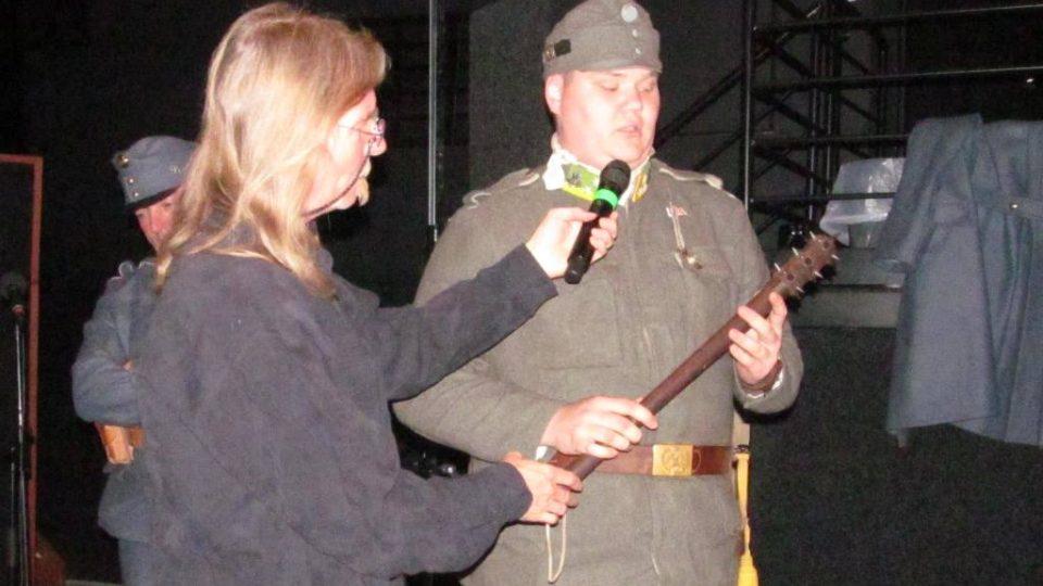 Živé natáčení pořadu Vltavín, který se věnoval období první světové války. Jan Bican ze spolku Jednadevadesátníci ukazuje zákopový biják
