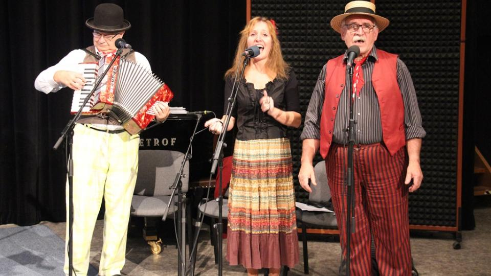 Živé natáčení pořadu Vltavín, který se věnoval období první světové války. Dobovou hudbu hráli Pouličníci