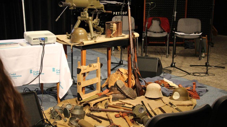 Živé natáčení pořadu Vltavín, který se věnoval období první světové války. Posluchači si mohli prohlédnout výstroj a výzbroj vojáků
