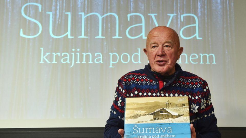 Jeden z pamětníků a milovníků lyžování Emil Kintzl z Kašperských Hor ukazuje knihu Šumava - krajina pod sněhem