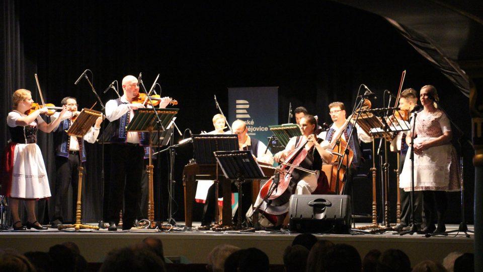 Adventní koncert odehrál Brněnský rozhlasový orchestr lidových nástrojů s primášem Petrem Varmužou v divadle J. K. Tyla v Třeboni