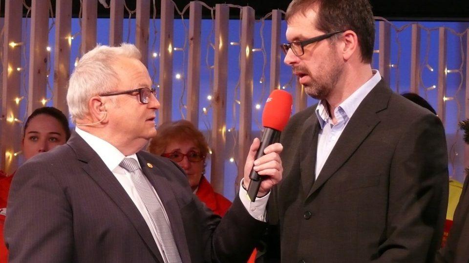 Redaktor Filip Černý (vpravo) s moderátorem ORF Güntherem Hartlem při přebírání Betlémského světla v Linci