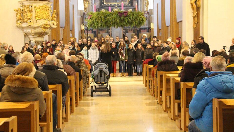 Při slavnostním předávání Betlémského světla se zaplnila českobudějovická katedrála