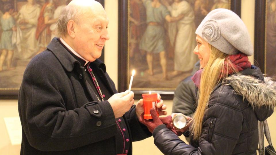 Lidé si přišli pro Betlémské světlo do budějovické katedrály. Tradičně jej sem přivezl redaktor Českého rozhlasu se světlonoši z rakouského Lince