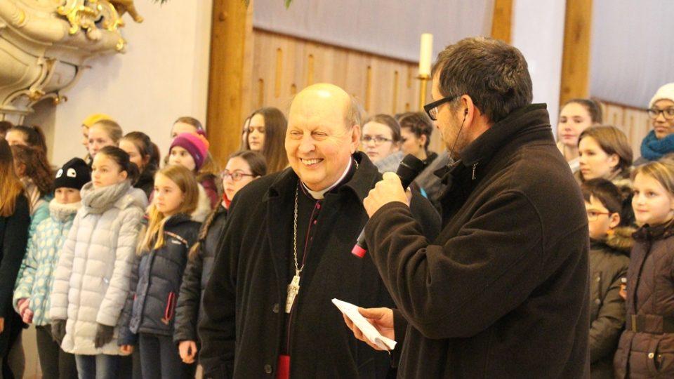 Předávání Betlémského světla v českobudějovické katedrále. Redaktor Filip Černý se světícím biskupem Pavlem Posádem