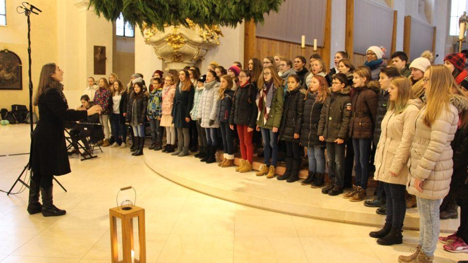 Předávání Betlémského světla v českobudějovické katedrále. Zpíval sbor Jitřenka