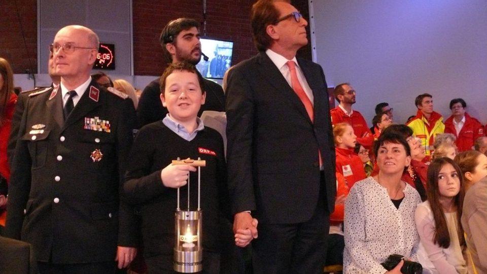 Přímo v Betlémě zažehnul plamínek dvanáctiletý Tobias Flachner. Přinesl jej pak na slavnostní předávání v Linci