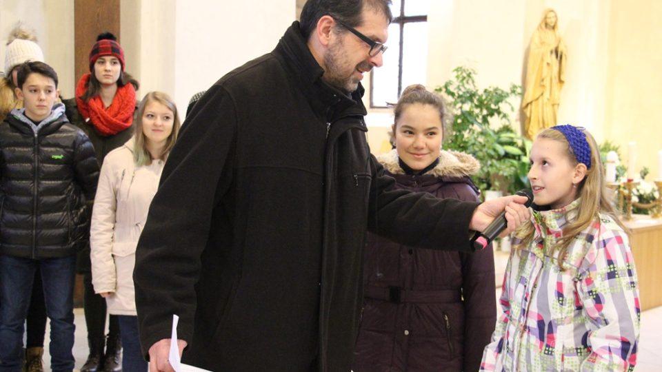 Redaktor Filip Černý se světlonoškami Agátou a Adélou