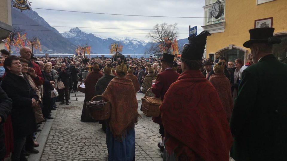 Při oslavě Liebsttatsonntag se v tradičním oblečení scházejí tisíce lidí z celého regionu a obdarovávají se perníkovými srdci