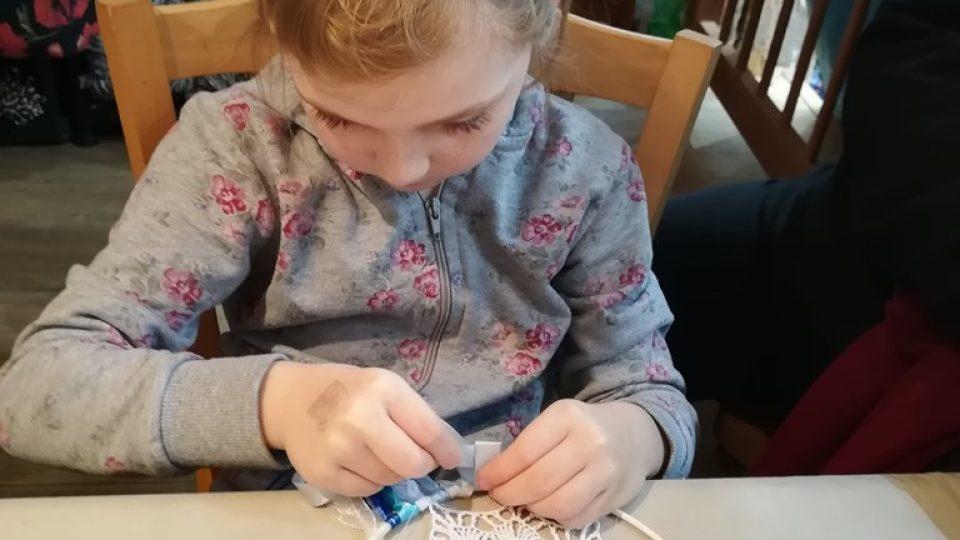 Na výstavě kreativity, kterou pořádá Monika Brýdová návštěvníci vyráběli lapače snů
