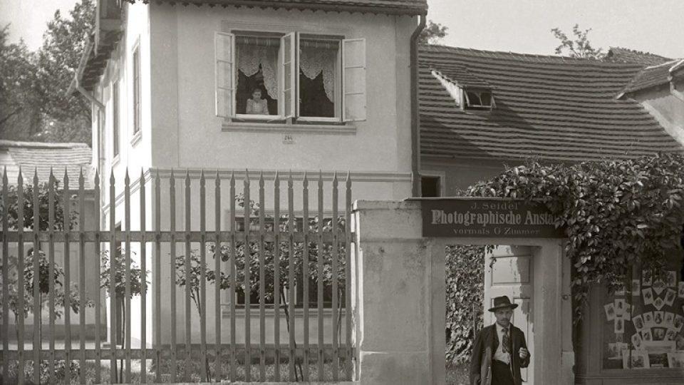 Linecká ulice v Českém Krumlově, vedle dnešního domu č.p. 260 stál dřevěný ateliér Josefa Seidela. Vidět je část střechy za plotem v levé části snímku. Foto: Josef Seidel, před rokem 1905