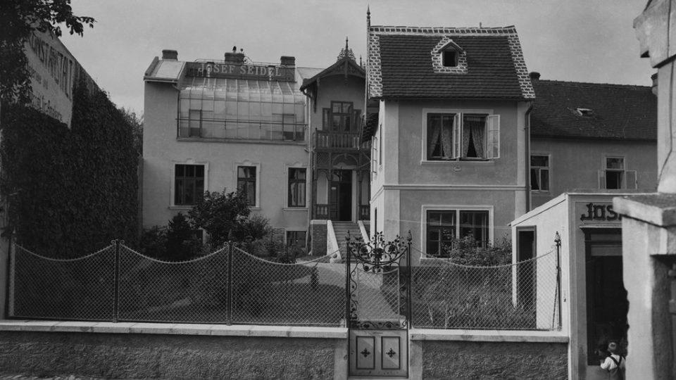 Linecká ulice v Českém Krumlově a fotoateliér Josefa Seidela po roce 1905 s nově postaveným ateliérem. Foto: Josef Seidel pom roce 1905