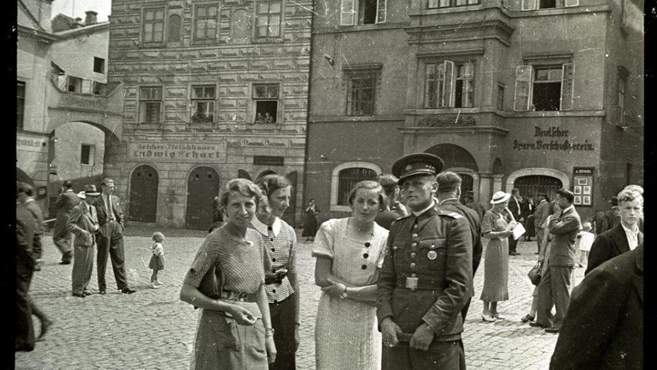Na rohu náměstí a Horní ulice v Českém Krumlově bývala na domě vývěsní skříňka Fotoateliéru Seidel. Foto: František Seidel, před rokem 1938