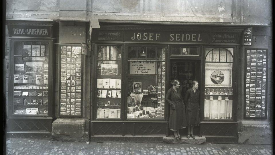 Obchod Josefa Seidela v ulici Latrán č.p. 6. Foto: Josef Seidel, okolo roku 1935