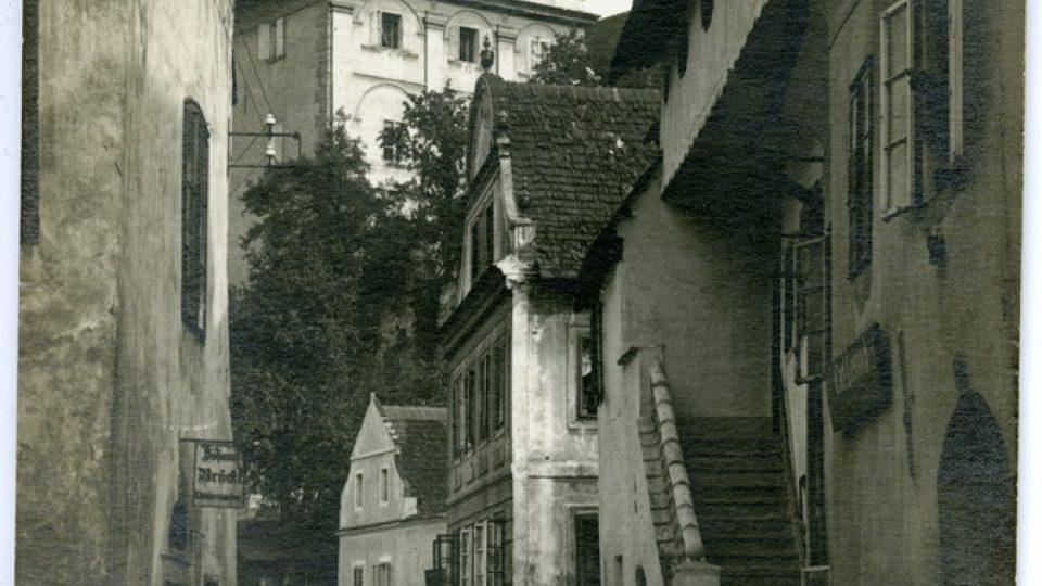 Ulice Parkán v Českém Krumlově, mezi stromy stál ateliér Josefa Wolfa. Foto: Josef Seidel, po roce 1900