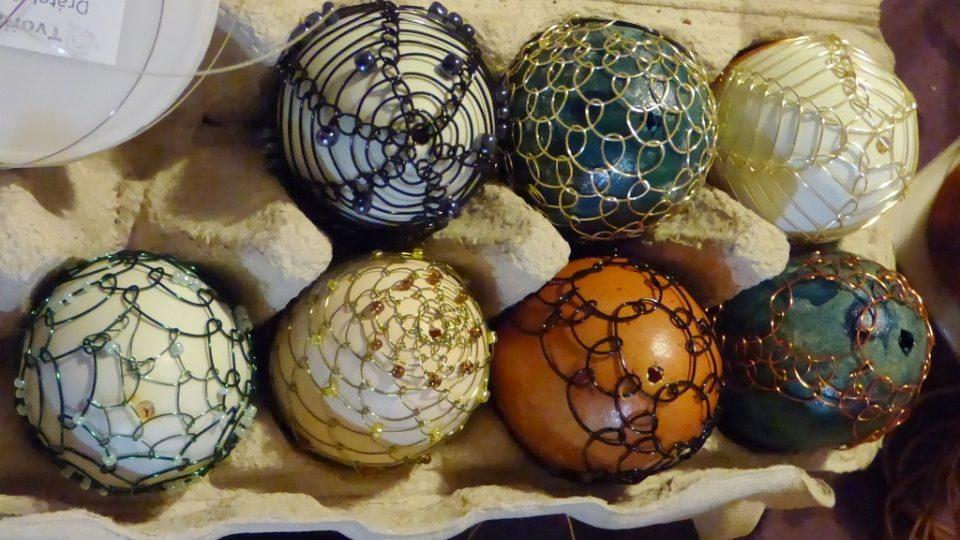 Zdobit vajíčka technikou drátkování se učili zájemci na kurzu ve Velešíně