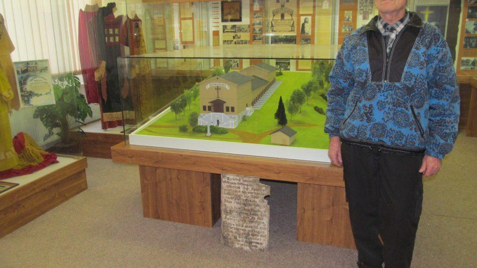 Průvodce muzea Jan Winzig a model původního divadla v hořickém Muzeu Pašijových her. Model v měřítku 1:50 zhotovil v roce 2000 hořický modelář Petr Brabec