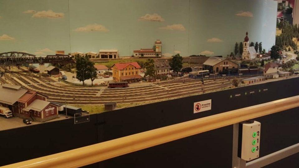 V Jindřichově Hradci rozšířili stálou expozici věnovanou úzkokolejce a pořídili model železnice ve velikosti H0. Na kolejišti je řada zajímavých detailů