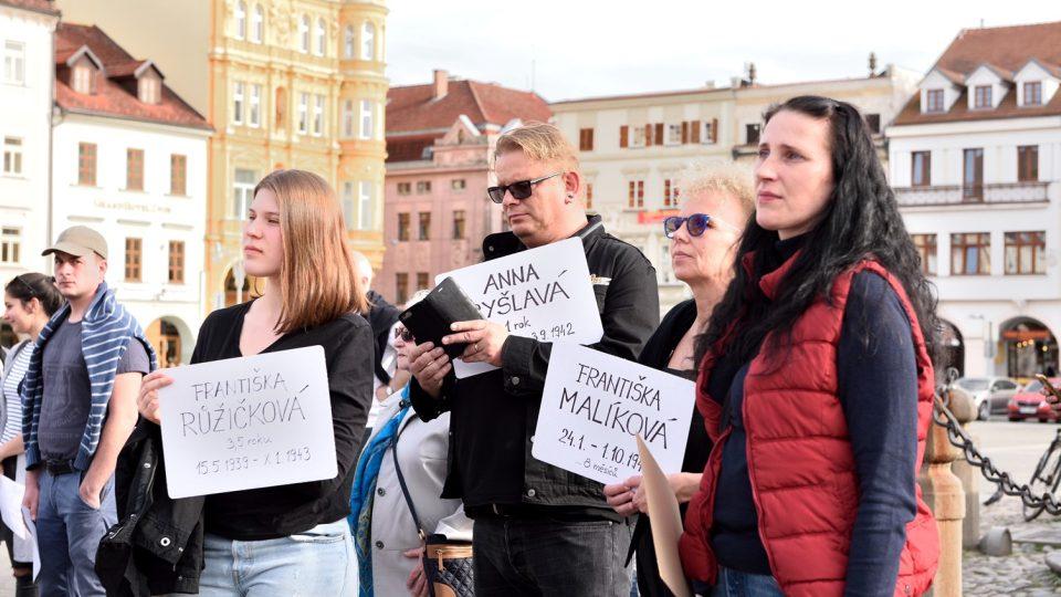 V Českých Budějovicích se uskutečnila pieta za oběti koncentračního tábora Lety u Písku. Každý účastník nesl jméno oběti