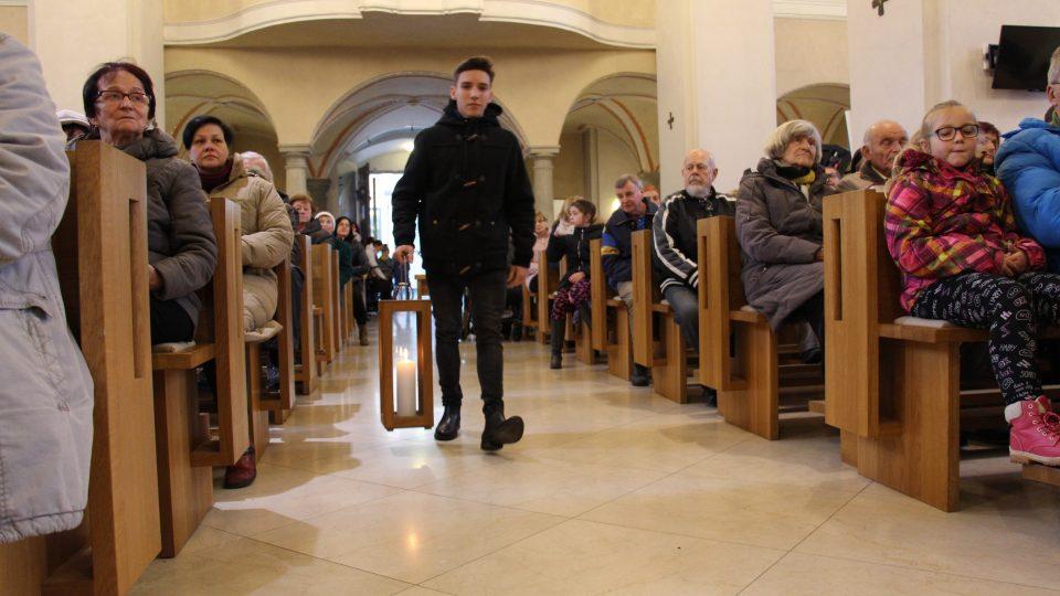 Světlonoš David přináší Betlémské světlo do českobudějovické katedrály