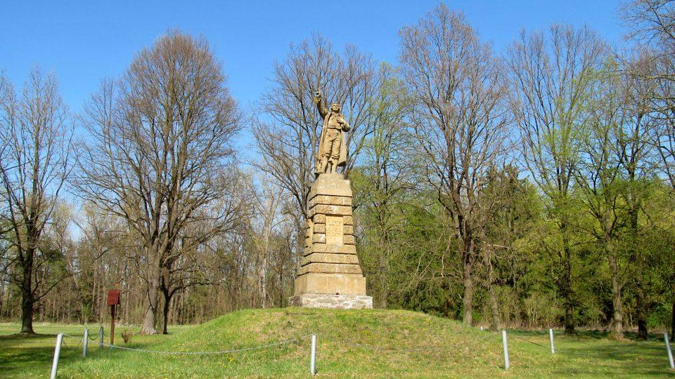 Mohyla s pomníkem měří do výšky celkem takřka deset metrů.JPG