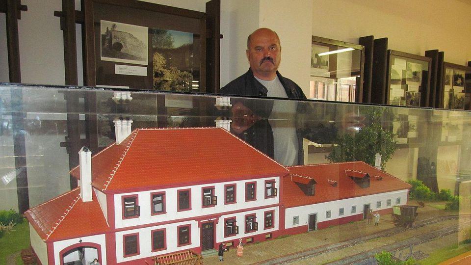 Muzeu koněspřežky v Bujanově vévodí velký model původního nádraží na snímku starosta Bujanova Luděk Detour