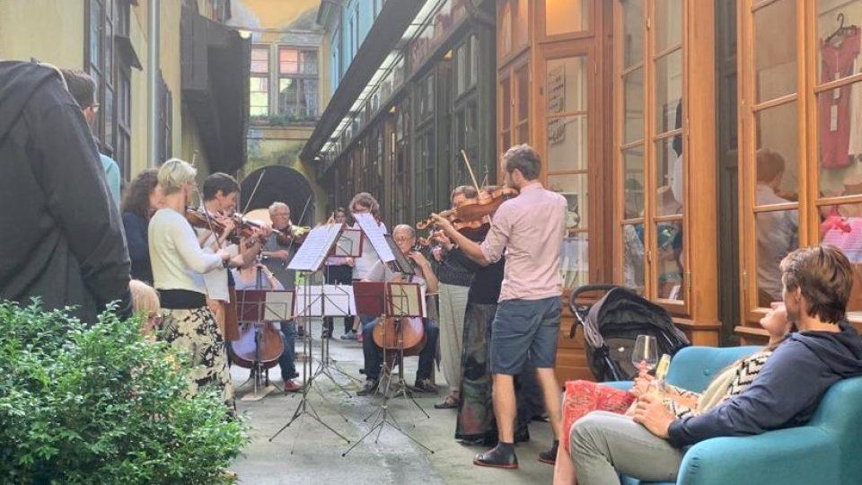 Krumlovský komorní orchestr zahrál kolemjdoucím v úzké uličce mezi Krajinskou a Českou ulicí v Českých Budějovicích