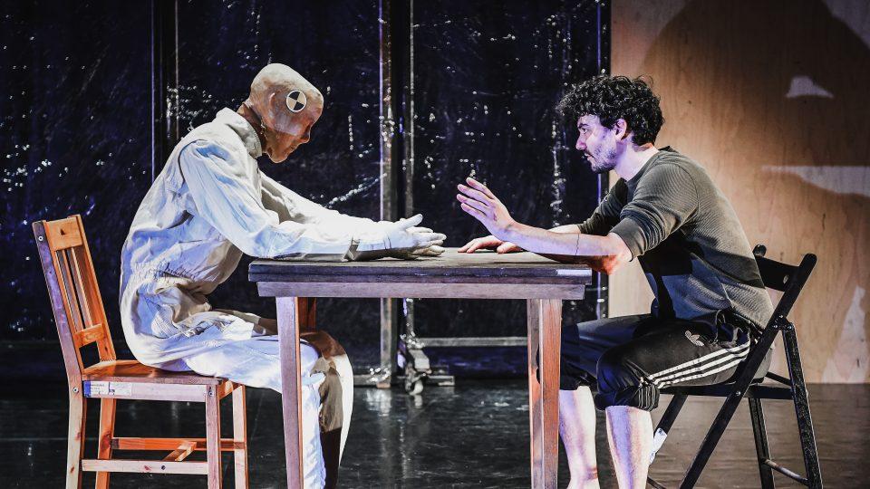 Inscenaci s názvem BETWIXT and BETWEEN uvádí Divadlo Continuo