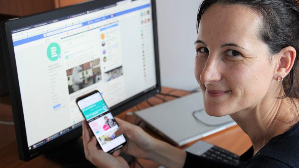 Webeditorka Andrea Poláková ukazuje web Českého rozhlasu na mobilním telefonu a facebookový profil stanice na počítači