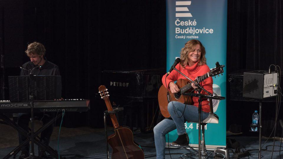 Zpěvačka a kytaristka Lenka Filipová vystoupila společně s hráčem na keltskou harfu Seanem Barrym a klávesistou Ondřejem Hájkem v budějovickém rozhlase