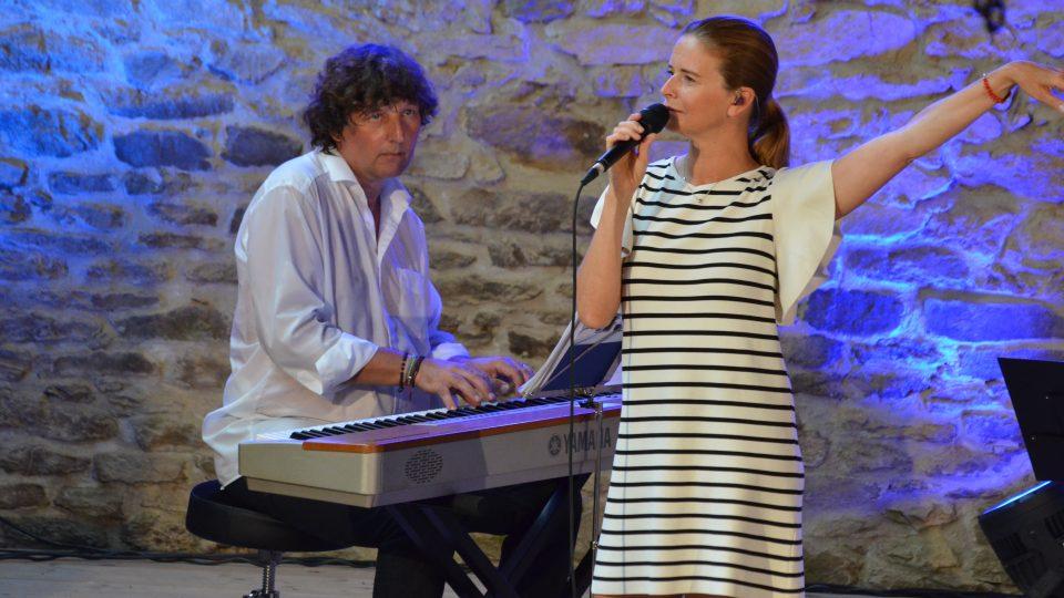 Koncert Lenky Nové a Petra Maláska byl součástí hudebního programu ve stodole v Maříži v rámci Slavonice Festu