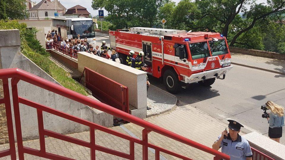 Táborští hasiči cvičili zásah při požáru v zaplněném divadle