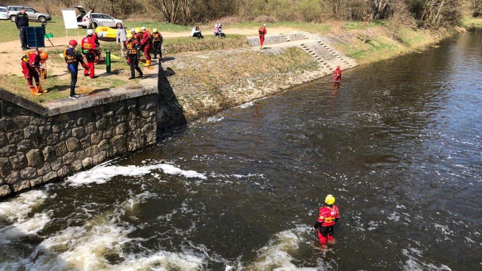 Hasiči trénovali záchranu tonoucích na nebezpečném jezu Pilař na řece Lužnici