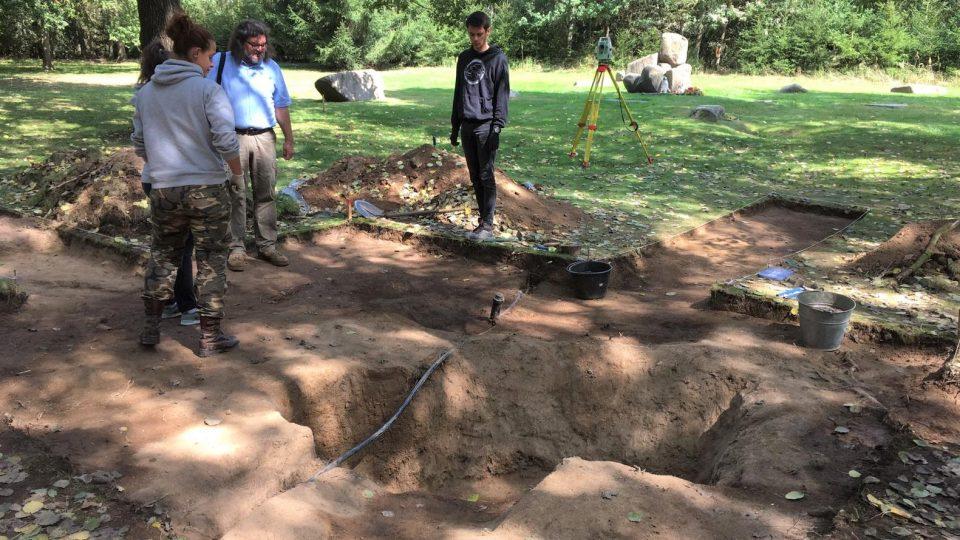 Takzvaný provizorní hřbitov obětí bývalého tábora pro Romy nalezli archeologové přímo v areálu památníku v Letech u Písku