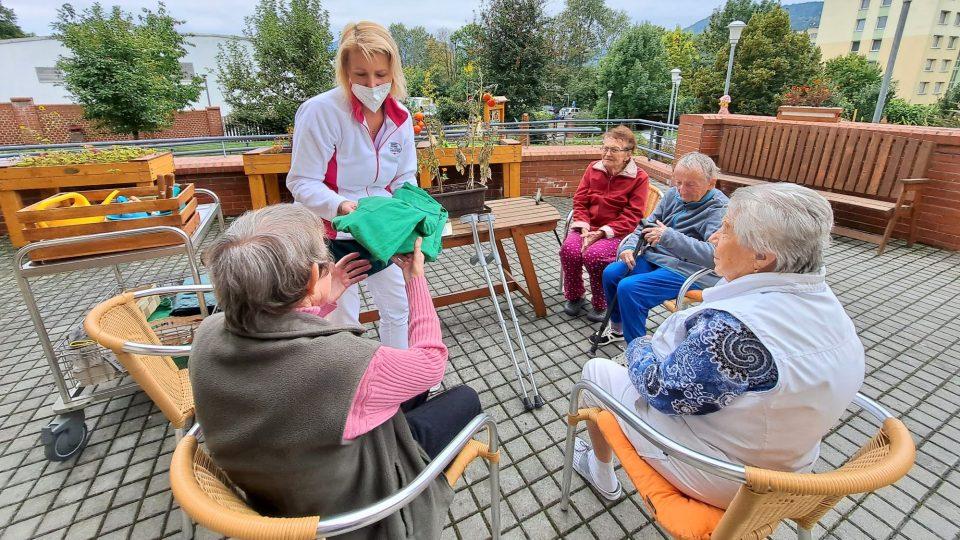 Jednou z aktivit, které se věnují klienti Domova seniorů Mistra Křišťana v Prachaticích, je péče o zahradu