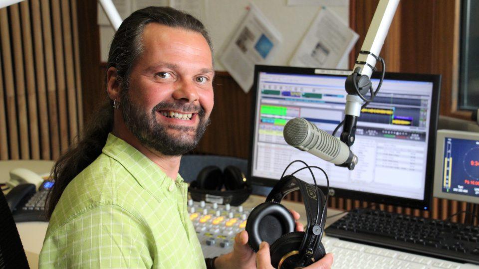 Moderátor Luboš Voráček ve studiu, odkud každý den moderuje ranní vysílání Českého rozhlasu České Budějovice