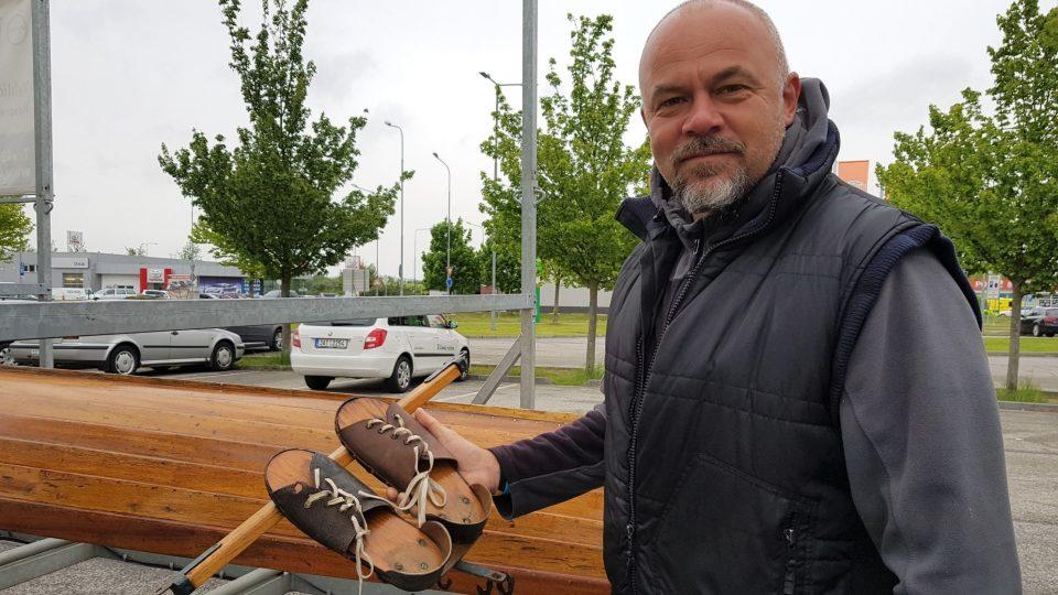 Veslař Václav Chalupa ukazuje takzvané nohavky, které patří k historické lodi