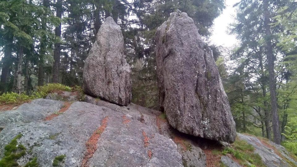 Mezera mezi menhiry prý bývala užší, ale spodníkámen už prý třikrát v historii spadl a tak možná nestojí na tom nejpůvodnějším místě